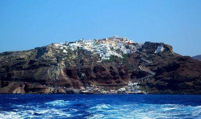 Vue sur les falaises de Santorin depuis la mer