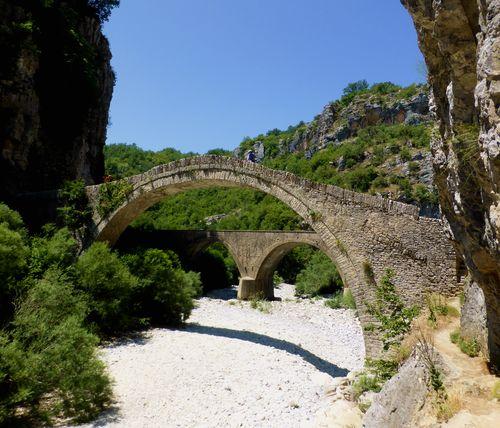 Ponts de Zagorochoria sur les chemins de randonnée en Épire en Grèce continentale