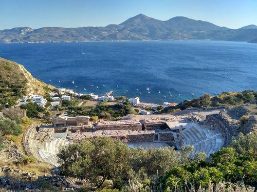 Randonnée à Milos, Cyclades occidentales, vue sur le théatre antique depuis le chemin de randonnée qui relie Adamas, Klima et Plaka