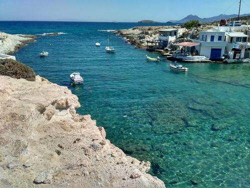 Pause détente sur la plage de Mytakas pendant la randonnée à Milos