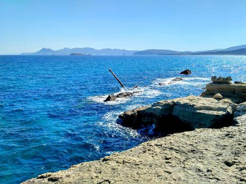 Épave de bateau près de Sarakiniko sur le chemin de randonnée de Sharing Greece à Milos