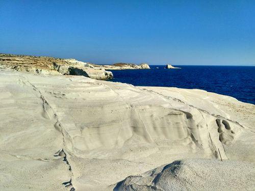 Profitez des incoyables paysages de Milos en Grèce en faisant de la randonnée avec une équipe locale
