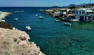 plage de Mytakas à Milos dans les Cyclades occidentales