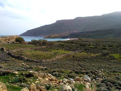 Randonnée en Crète de l'Est : descente vers la plage de Skoinia