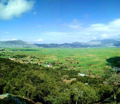 Vue sur le plateau de Lassithi pendant la randonnée en Crète de l'Est