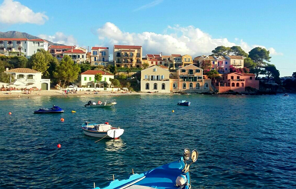 Randonnée dans les Îles ioniennes : village pittoresque à Céphalonie