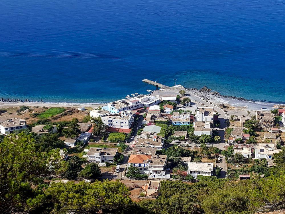 Randonnée en Crète, un village en bord de mer